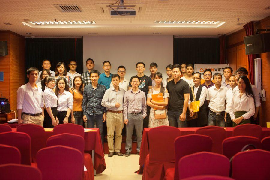 Kết thúc sự kiện, các khách mời ở lại chụp ảnh lưu niệm cùng diễn giả của hội thảo.