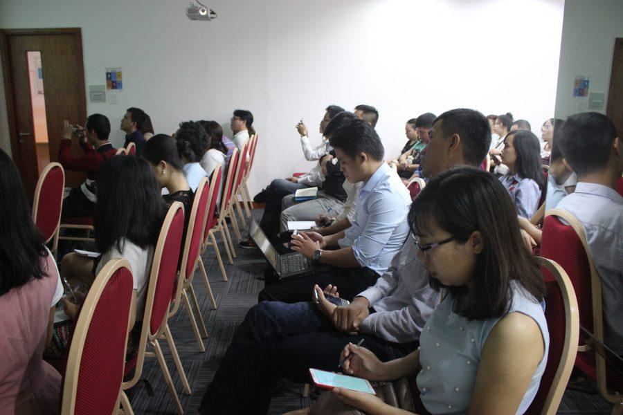 Khách mời tham gia hội thảo rất chăm chú và tranh thủ ghi chép lại.