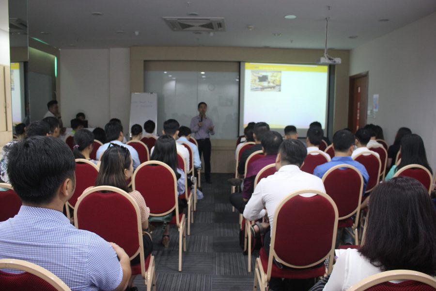 Ông Nguyễn Mạnh Tưởng thuyết trình về Marketing and Sales lần 3