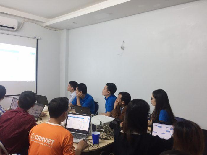 Khách hàng tham gia đào tạo ngồi chật kín văn phòng CRMVIET