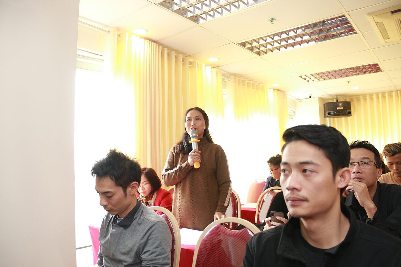 Khách hàng trao đổi, thảo luận tại sự kiện về quản trị khách hàng